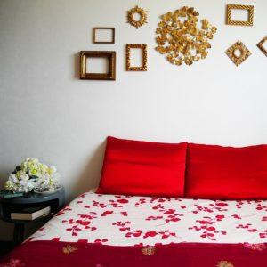 oreillers en soie rouge sur lit