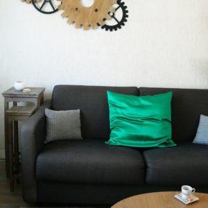 canapé avec grand coussin en soie verte