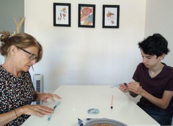 femme et garçon participant à un atelier de loisir créatif
