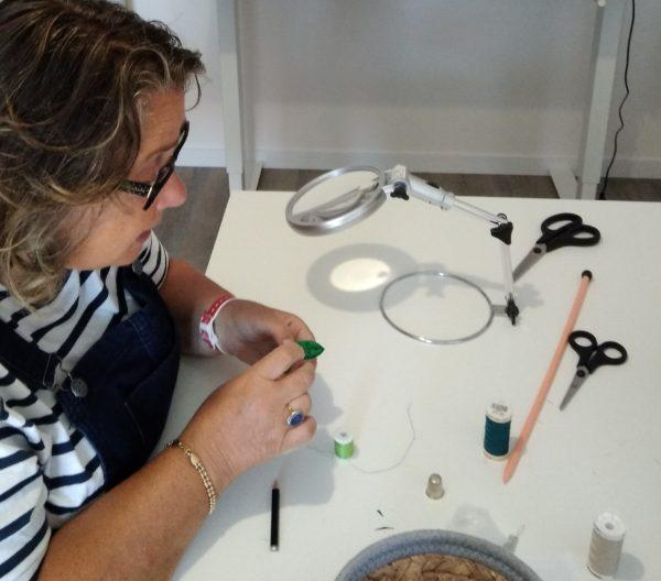 femme particpant à atelier créatif-accessoire soie
