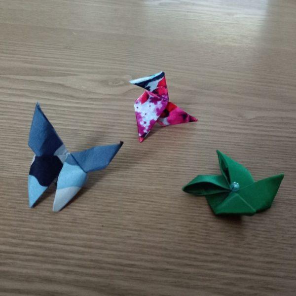 trois origamis en soie forme cocotte, moulin, papillon